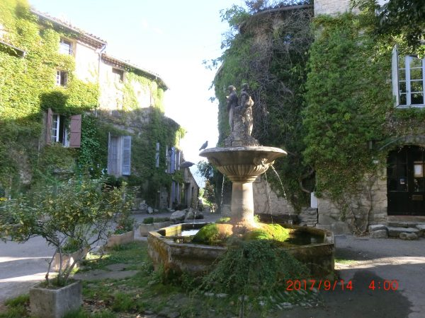 Saignon fountain - The Luberon Experience week in Provence